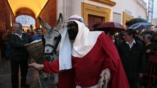 Un page del Heraldo Real sale por una de las puertas de la Maestranza seguido de un burro.  Foto: Juan Carlos Muñoz