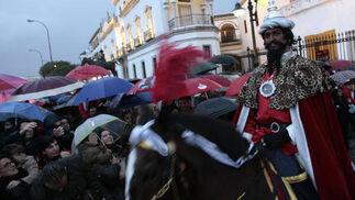 Entre gritos cargados de ilusión salió el Heraldo de los Reyes Magos de Oriente de la Maestranza.   Foto: Juan Carlos Muñoz