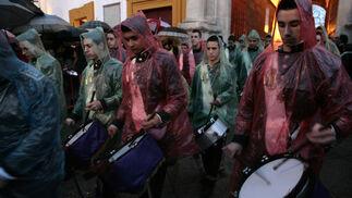La banda que anuncia al Heraldo Real salió con impermeables para protegerse de la lluvia.  Foto: Juan Carlos Muñoz