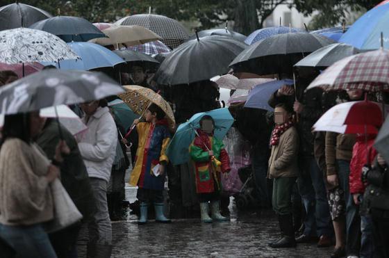 La lluvia no impidió que los más pequeños llevaran sus cartas al Heraldo Real.  Foto: Juan Carlos Muñoz