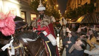 El Heraldo los Reyes Magos ha estado arropado durante todo el recorrido por multitud de niños.  Foto: Juan Carlos Muñoz