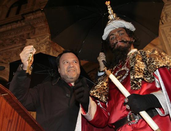 El alcalde ha entregado al Heraldo Real las llaves que permitirán a los Reyes Magos de Oriente acceder a la ciudad y recorrer sus calles cargados de ilusiones para los más pequeños.  Foto: Juan Carlos Muñoz