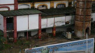 Imagen que muestra la basura acumulada y el deterioro de las paredes.  Foto: Victoria Hidalgo