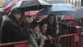 Niños, acompañados de sus familiares, esperan ilusionados al Heraldo Real.  Foto: Juan Carlos Muñoz