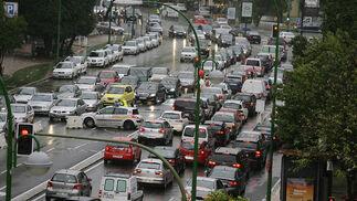 La Policía ha tenido que controlar el tráfico en algunas zonas debido a los atascos y el caos que han ocasionado las precipitaciones.  Foto: J. C. Vázquez, B. Vargas y A. Pizarro