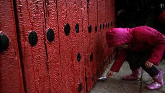 Una niña mete su carta de los Reyes Magos por la debajo de la puerta.  Foto: Juan Carlos Muñoz
