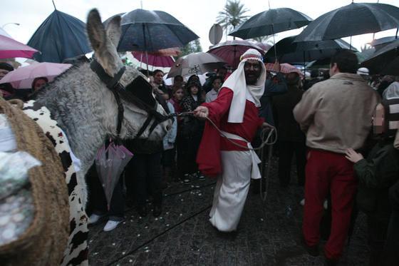 Ni la lluvia ni el granizo que ha caído en la capital ha impedido el anuncio de la llegada de los Reyes Magos.  Foto: Juan Carlos Muñoz