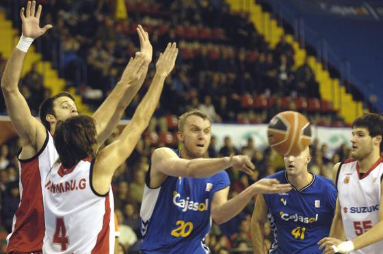 Savanovic abre ante Grimau y Cusworth.  Foto: Manuel Gómez