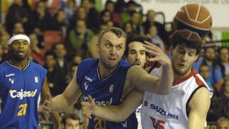 Savanovic pelea un rebote con Ivanov.  Foto: Manuel Gómez