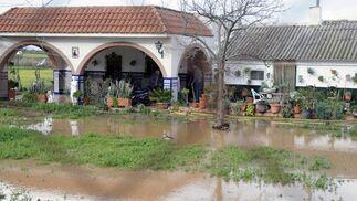 Las fuertes lluvias caídas en Valdezorras han dejado casi inaccesible algunos domicilios.  Foto: J. C. Vázquez, B. Vargas y A. Pizarro