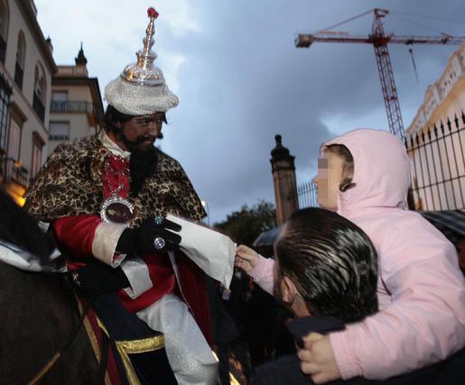 Los más pequeños han podido entregarle sus cartas con las peticiones para la noche de Reyes.  Foto: Juan Carlos Muñoz