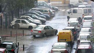 Las continuas precipitaciones han provocado retenciones de tráfico en diversos puntos de la ciudad.  Foto: J. C. Vázquez, B. Vargas y A. Pizarro