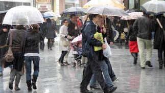 A pesar de las lluvias, la gente no ha dejado de salir a la calle para realizar las últimas compras navideñas.  Foto: J. C. Vázquez, B. Vargas y A. Pizarro