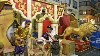 El Paje Real finaliza su misión en Cádiz tras haber recogido las cartas que los niños han redactado para los Reyes Magos.