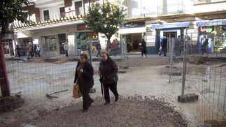 Dos señoras cruzan en las obras de Asunción.  Foto: Jaime Martínez