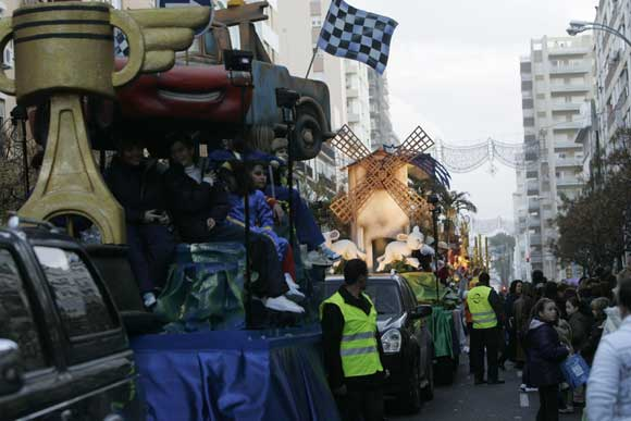 El temporal aguantó la lluvia y permitió que los Reyes Magos y su séquito recorrieran la ciudad con una sonrisa  Foto: Lourdes de Vicente