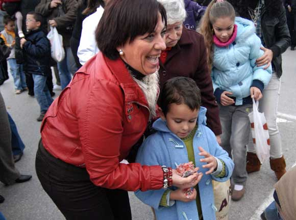 Once carrozas cargadas con diez toneladas de caramelos lograron ilusionar a los más pequeños de la ciudad  Foto: Paco Periñán