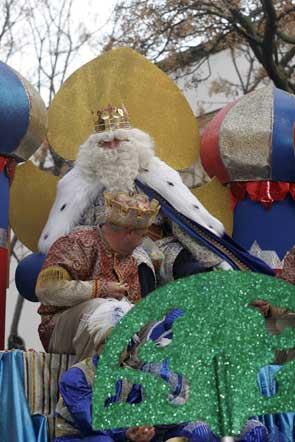 Unas 12 toneladas de caramelos repartieron los Reyes Mayos en una cabalgata intensamente disfrutada por niños y mayores  Foto: Andres Mora