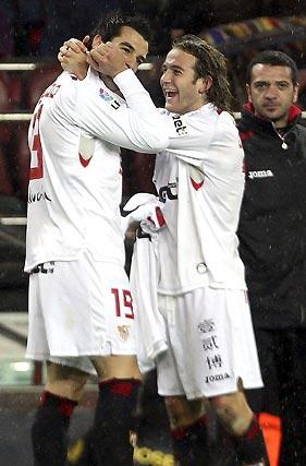 Negredo celebra con Capel su gol, el segundo ante el Barcelona.  Foto: Reuters / Afp Photo / Efe