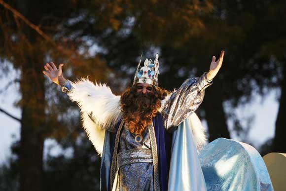 Miles de jerezanos salieron a la calle para ver el cortejo de los Reyes Magos, que repartieron 22.000 kilos de caramelos en su recorrido por la ciudad  Foto: Pascual/Vanesa Lobo