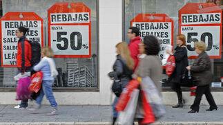Los sevillanos se lanzan a la calle para adquirir las mejores gangas en el primer día de rebajas.  Foto: Juan Carlos Vázquez