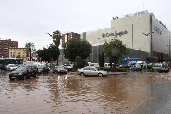 Las fuertes precipitaciones de esta mañana causaron inundaciones en calles, viviendas y garajes  Foto: Migue Fernández