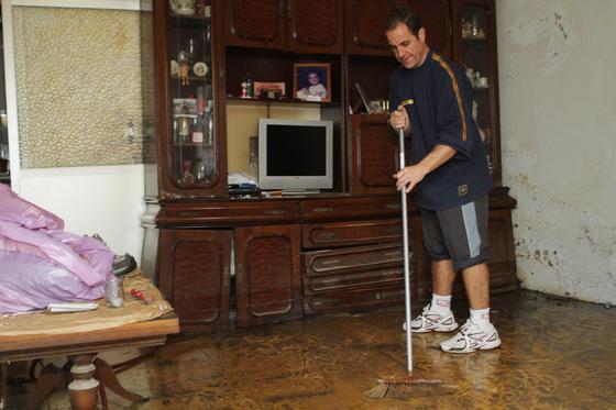 Las fuertes precipitaciones de esta mañana causaron inundaciones en calles, viviendas y garajes  Foto: Punto Press