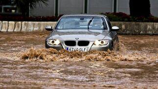 Las fuertes precipitaciones de esta mañana causaron inundaciones en calles, viviendas y garajes  Foto: EFE