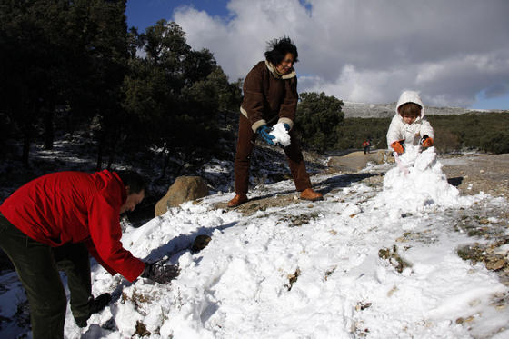 Una familia juega en la entrada del Parque Natural Sierra de las Nieves. / J. Flores