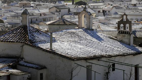 Vista de los tejados de varias casas totalmente cubiertos de nieve en Guadalcanal.  Foto: B.Vargas/Juan Carlos Vázquez