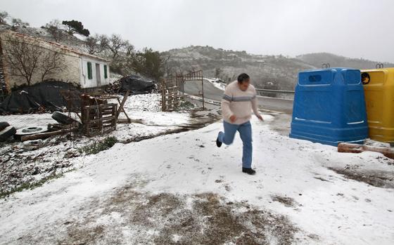 Un hombre por la carretera de Colmenar corre para refujiarse del frío. / Migue Fernández