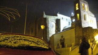 Una pequeña capa de nieve se acumulaba sobre los coches en Cazalla.  Foto: B.Vargas/Juan Carlos