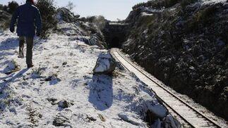 La nieve ha llegado a cubrir totalmente las zonas próximas a la vía del tren.  Foto: B.Vargas/Juan Carlos Vázquez