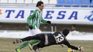 Sergio García trata de superar al portero del Numancia. / Félix Ordóñez