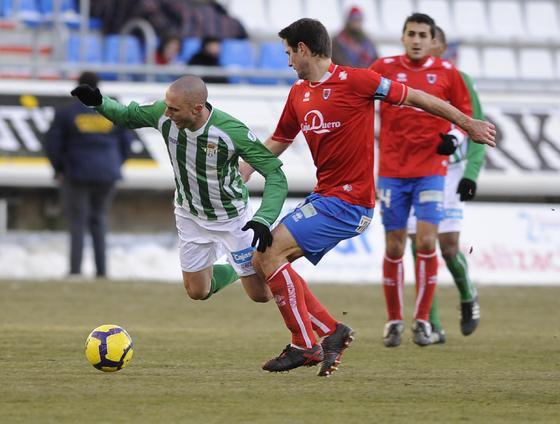 Dani, que reaparecía con el Betis, cae ante un jugador numantino. / Félix Ordóñez