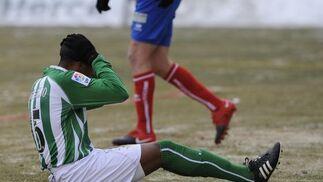 Mehmet Aurelio se lamenta en el césped, en el que se puede apreciar la escarcha por el frío. / Félix Ordóñez