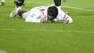 Negredo se desespera en el suelo tras errar una ocasión. / Antonio Pizarro