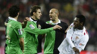 Romaric es separado por los jugadores del Racing tras encararse con uno de ellos. / Antonio Pizarro
