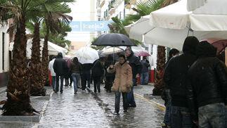 Las precipitaciones provocaron una baja afluencia de personas a la cita precarnavalera y la suspension de las actuaciones previstas.   Foto: Jesus Marin