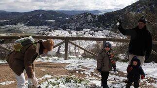La primera nevada del año desplomó los termómetros y dejó a la población de la Sierra tiritando./  Foto: Ramon Aguilar