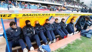 El intenso frío que asoló ayer Chapín se hizo notar en la grada y en el propio banquillo del Deportivo.   Foto: Pascual