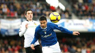 David Villa y Jerónimo Figueroa 'Momo', dos de los jugadores con más talento de ambos equipos, pugnan por un balón.   Foto: Pascual