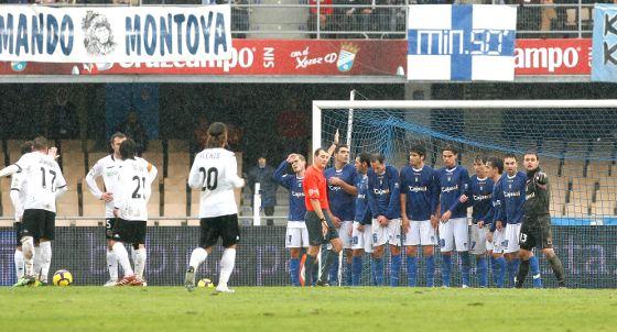 Clos Gómez, muy protestado por su arbitraje en el día de ayer, coloca la barrera de jugadores del Xerez tras señalar una cesión de Bergantiños a Renan que solamente vio él.   Foto: Pascual