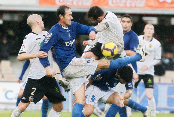 Vicente Moreno intenta despejar un balón ante la oposición de Bruno y de Marchena.  Foto: Pascual