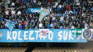 Los aficionados del Xerez ven complicada su permanencia en la Liga BBVA, como demuestra la pancarta exhibida en fondo sur.   Foto: Pascual