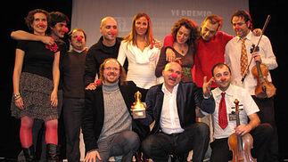 Los actores, con sus respectivas parejas, y el resto de componentes de 'Síndrome Clown'.  Foto: Victoria Ramírez