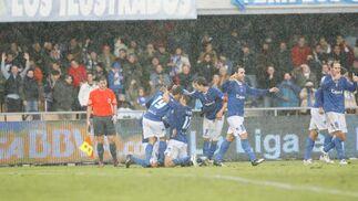 Los jugadores azulinos celebran el gol de Carlos Calvo.  Foto: Pascual