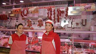 Carnicería Noelia Ariza Propietaria: María del Carmen Ruiz · Fernando Ariza y sus hijas, Noelia y Silvia Ariza, trabajan en el puesto Puestos C-13, C-14 Género:Sus especialidades: ternera y cerdo de crianza natural  Si por algo se distingue este negocio familiar es por ofertar ternera y cerdo criados de forma natural en Campano y Conil. Así pues, ofrecen un género de primera a precios aptos para todos los bolsillos. Tampoco podían faltar los típicos chicharrones, el chorizo ibérico, las longanizas o las gutifarras en su abanico de productos. La familia Ariza opina que en la nueva plaza han ganado en comodidad e higiene. Además, el parking facilita el flujo de visitas.    Foto: Paco Periñán