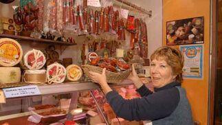 Charcutería Loli Propietaria: Dolores Baro Guerrero Puesto C-20 Género:Especialidad en quesos de la Sierra de Cádiz Dolores Baro lleva treinta años en el Mercado de Abastos de Chiclana. Su padre era carnicero, pero ella optó por la charcutería. Su tienda desprende un olorcito a queso que atrae, y es que precisamente este producto es su especialidad. Una gran variedad donde sobresale el queso de la Sierra de Cádiz, así como el manchego. Pero el queso no es lo único que destaca en el puesto de Dolores, que cuenta con un buen surtido de embutidos y latas de conserva.    Foto: Paco Periñán