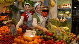 """Frutas y verduras Juani Propietaria: Juana Medina · Sus hijas, Vanesa y Juana Mari Manzorro, están al frente del puesto Puesto F-12 Género:Ofertan verduras y frutas frescas procedentes de Chiclana Que nadie se deje engañar por la juventud de Vanesa y Juana Mari Manzorro, porque estas chicas saben vender y venderse. Ambas están al frente de un negocio familiar que sus padres emprendieron hace más de 20 años. A día de hoy son ellas las encargadas de ofrecer a su clientela frutas y verduras frescas procedentes de Chiclana. """"También traemos género de Conil y de Chipiona"""". Según estas hermanas, """"lo importante es que sea de aquí, de Cádiz"""".    Foto: Paco Periñán"""